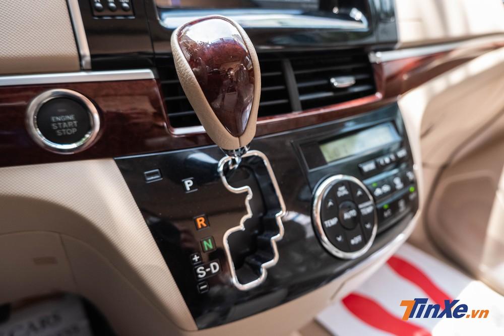 Cần số bọc da và ốp gỗ dạng nghiêng đặt lên hẳn khu vực bảng điều khiển trung tâm thường thấy trên những mẫu xe khách 16 chỗ