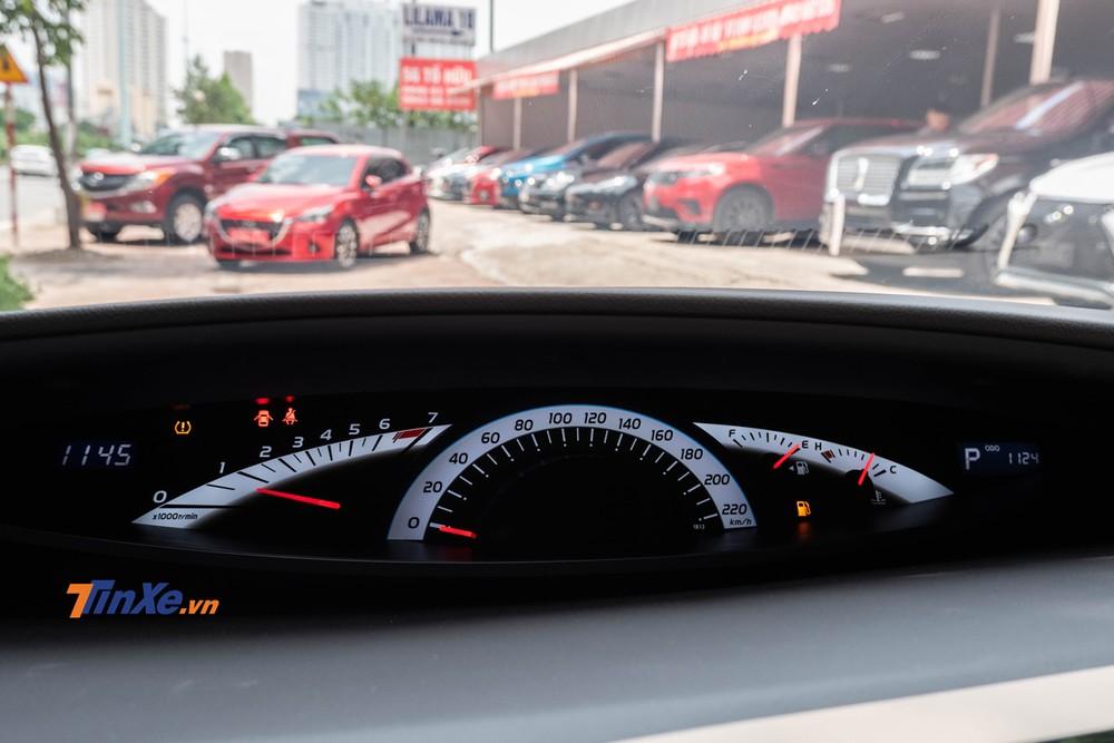 Bảng đồng hồ được đặt lên hẳn mặt táp-lô và gần về phía chính giữa giống với thiết kế của những mẫu Toyota Vios đời cũ