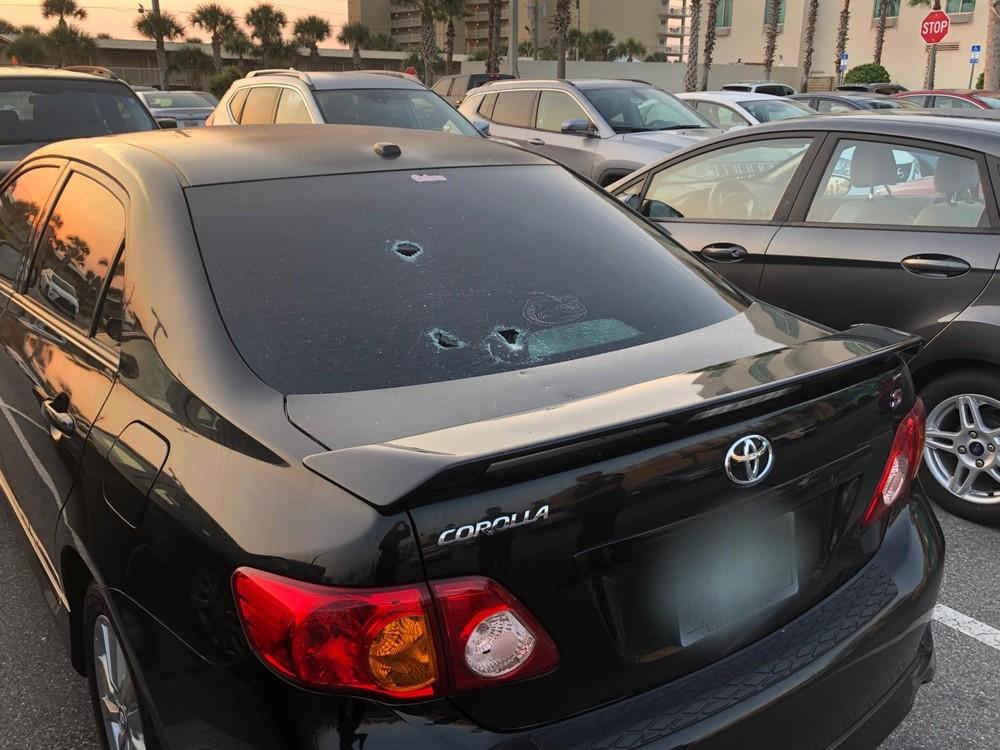 Chiếc Toyota Corolla bị thủng vài lỗ trên kính sau