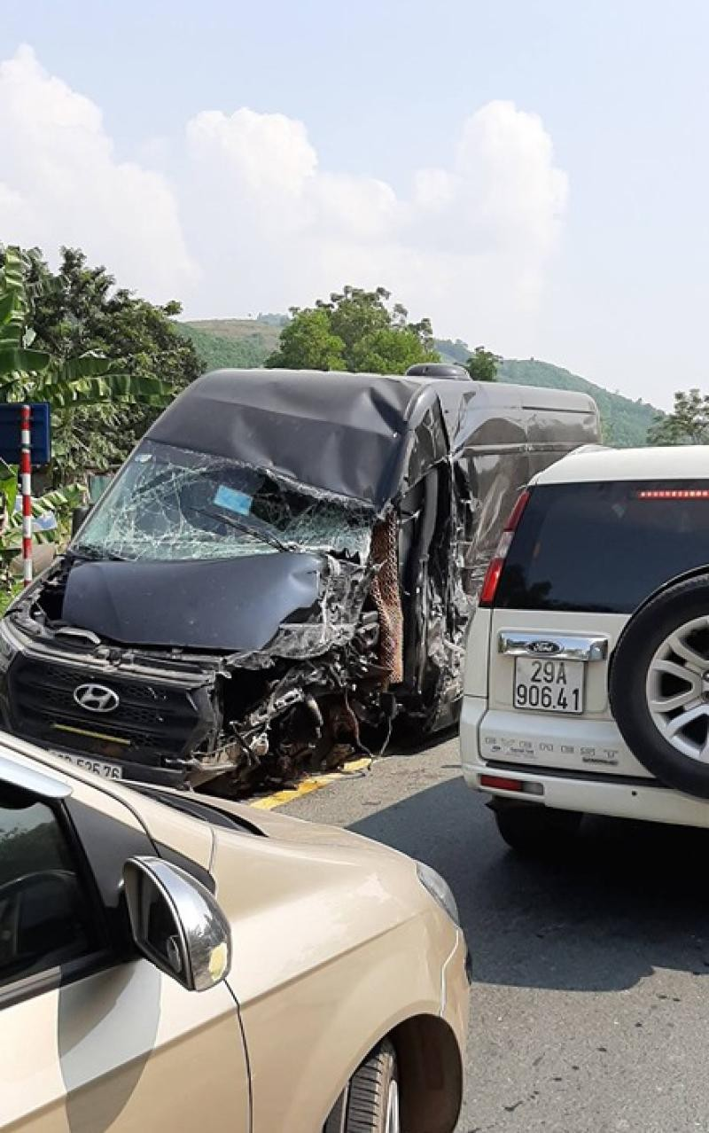 Hyundai Solati bị hỏng nặng ở đầu xe và sườn xe bên trái