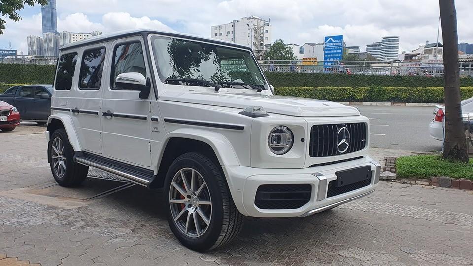 Ngay khi được bàn giao xe về cho đại lý, chiếc SUV hạng sang Mercedes-AMG G63 2019 chính hãng đầu tiên về Việt Nam đã được chủ nhân lái về nhà