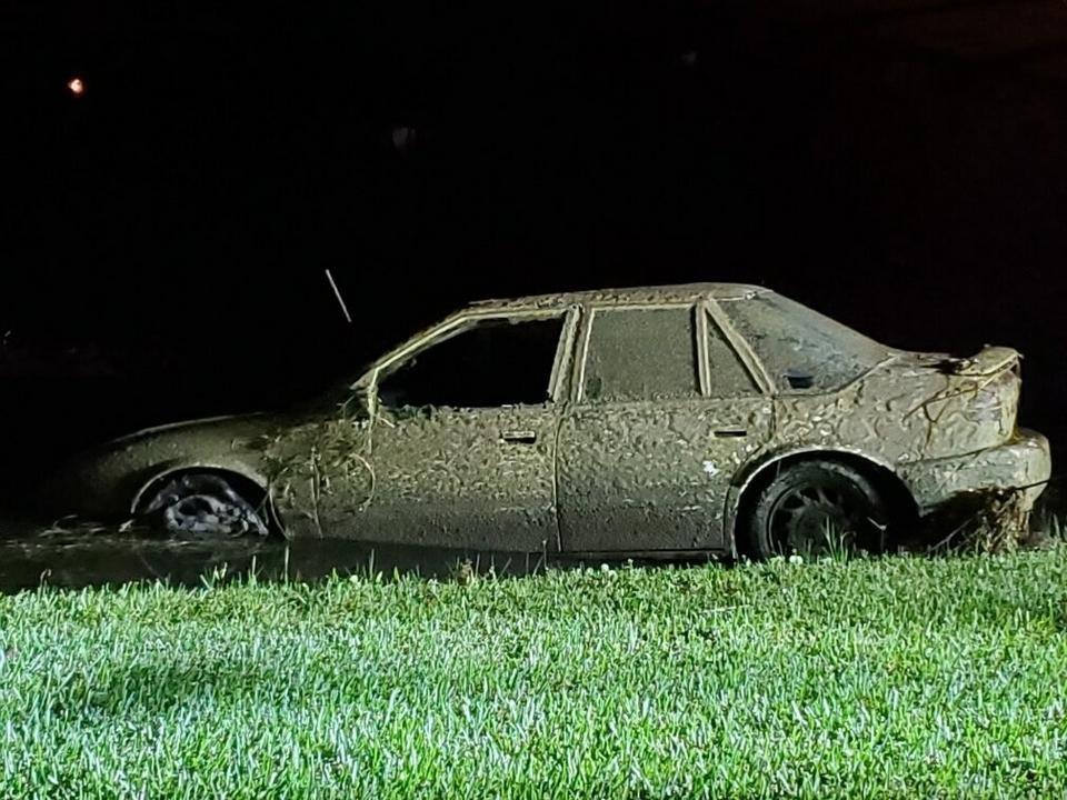 Bộ dạng chiếc xe Saturn 1994khi được vớt lên