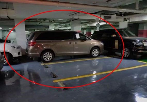Chiếc xe Buick bị xe Land Rover Range Rover của ông Sun và một chiếc ô tô màu trắng do ông Sun thuê lại để ngăn chặn không cho chiếc xe Buick này di chuyển