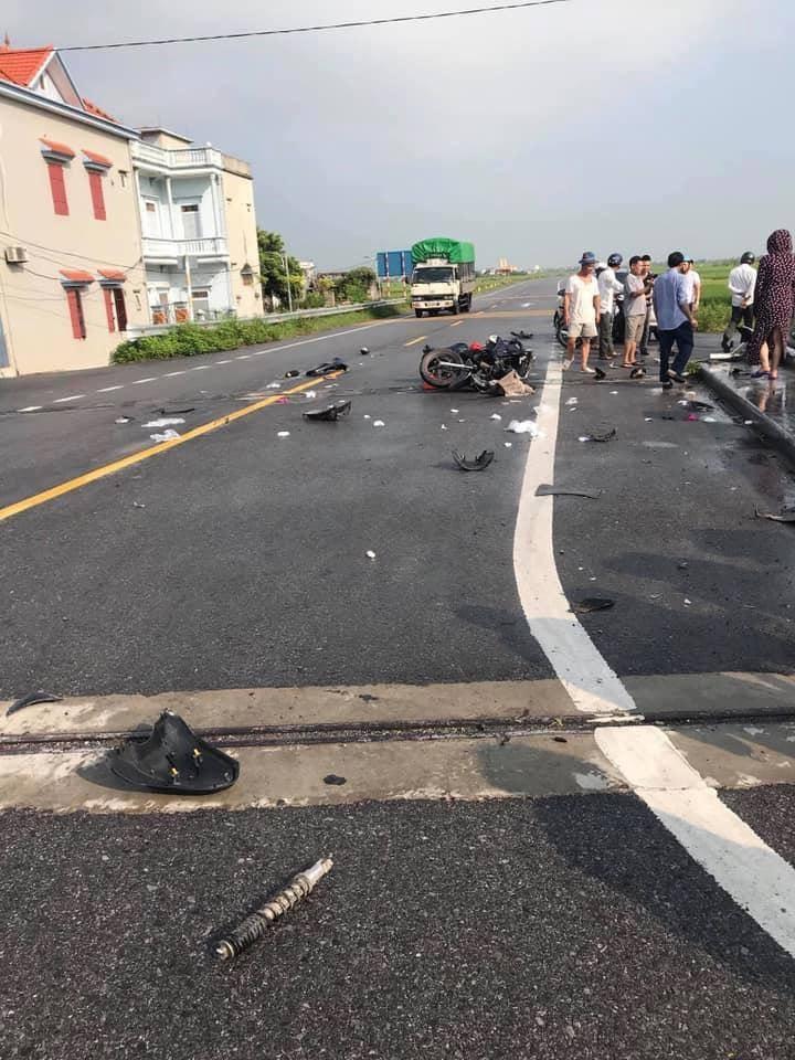 Mảnh vỡ của 2 chiếc xe nằm vương vãi khắp nơi