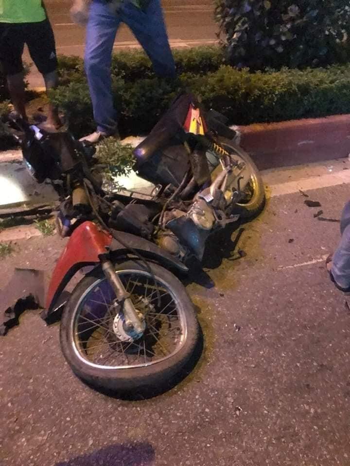 Chiếc xe máy chở 3 người bị hư hỏng nặng