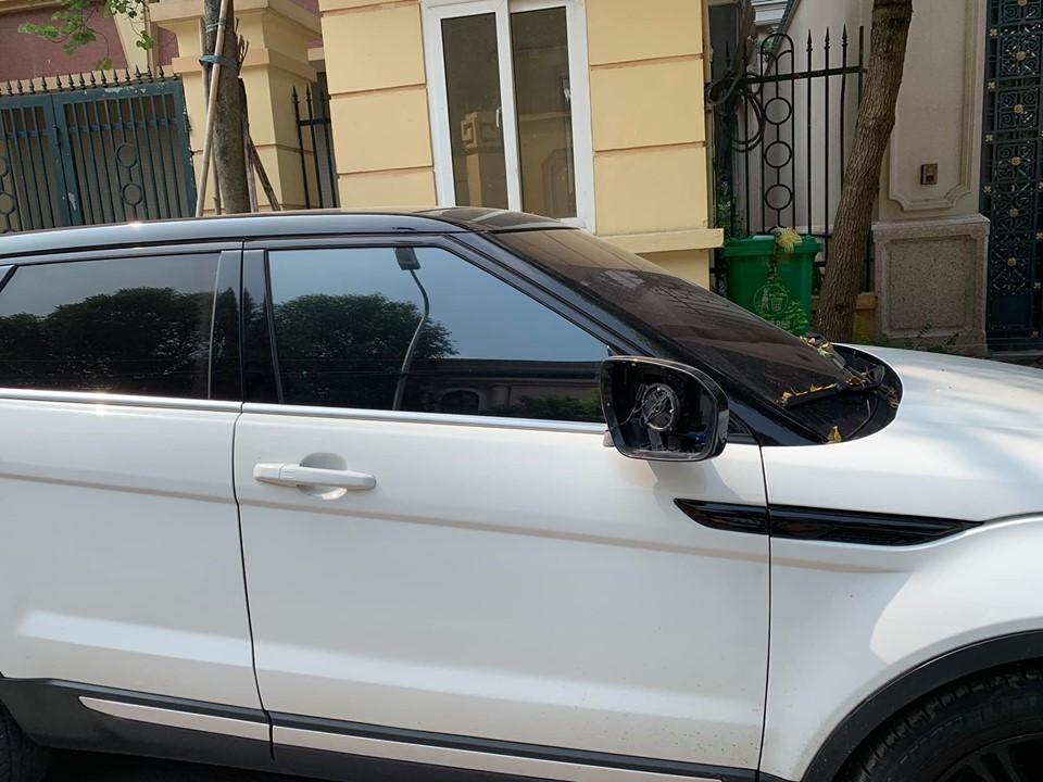 Lợi dụng sơ hở của chủ nhân, kẻ gian đã vặt mặt gương chiếc SUV hạng sang Range Rover Evoque này