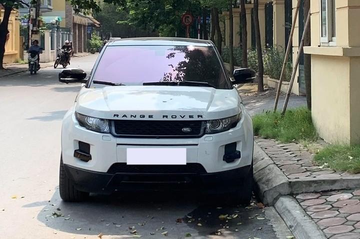 SUV hạng sang Range Rover Evoque bị kẻ gian vặt mặt gương ở Hà Nội