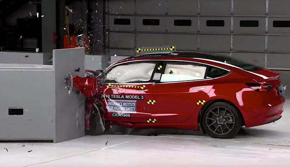 Hình ảnh Tesla Model 3 trong bài kiểm tra va chạmcủa IIHS