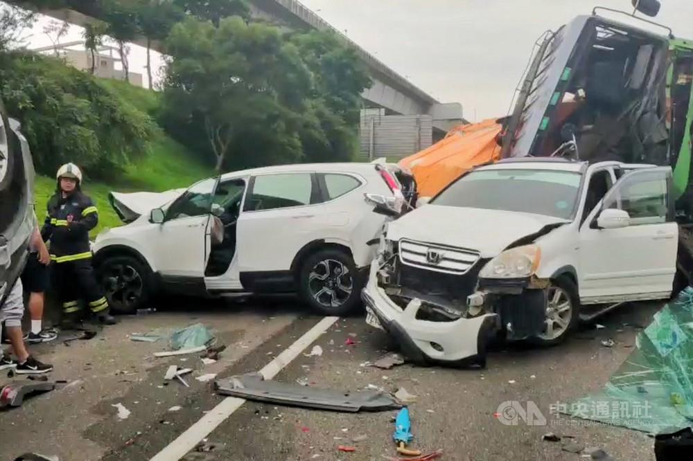 2 chiếc ô tô Honda bị biến dạng cả đầu lẫn đuôi xe sau vụ tai nạn