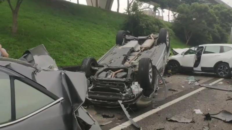 Một chiếc ô tô bị lật ngửa