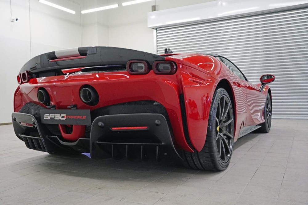 Ferrari SF90 Stradale nhìn từ phía đuôi xe