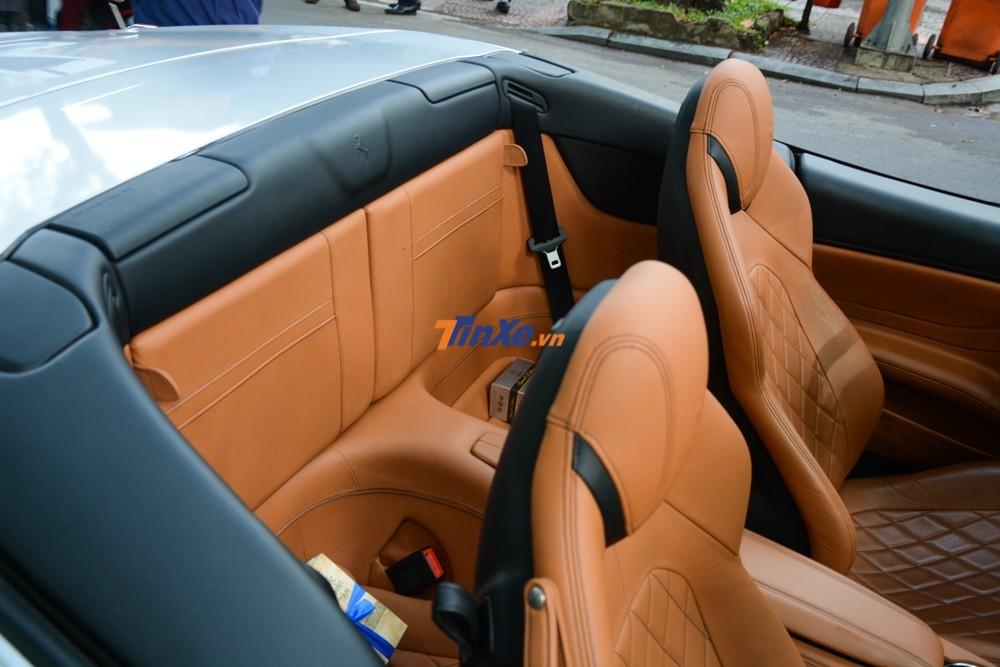 Hàng ghế sau của siêu xe mui trần Ferrari California T