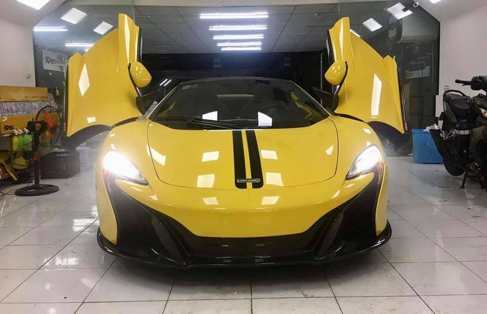 Ngoài màu vàng, ngoại thất chiếc McLaren 650S Spider này còn có nhiều chi tiết bằng carbon và 2 sọc màu đen ở trên nắp capô