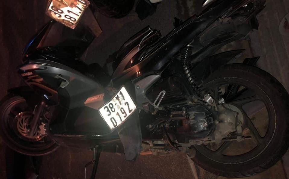 Chiếc xe máy của 2 nạn nhân bị biến dạng