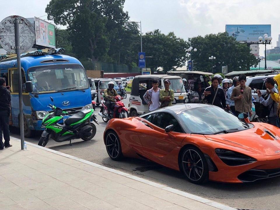 Rất đông người dân tràn ra đường để xem vụ tai nạn của siêu xe McLaren 720S màu cam