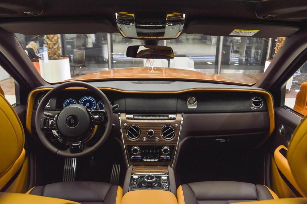 Cận cảnh khoang lái chiếc Rolls-Royce Cullinan Tuscan Sun