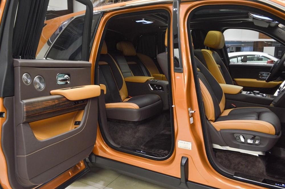 Nội thất chiếc Rolls-Royce Cullinan được hoàn thiện với màu Tan và Dark Spice