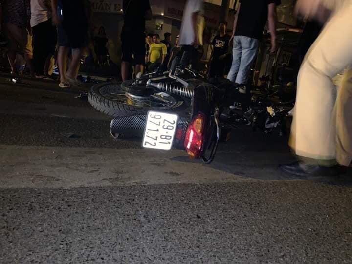 Chiếc xe máy chở 2 nạn nhân tại hiện trường vụ tai nạn