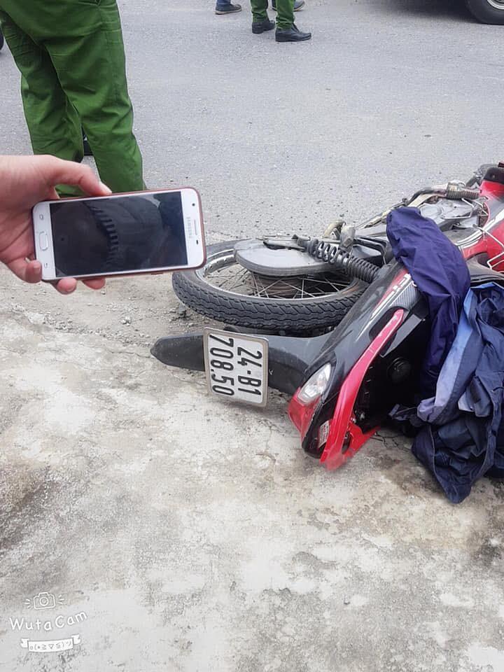 Chiếc xe máy của nạn nhân nằm đổ bên lề đường