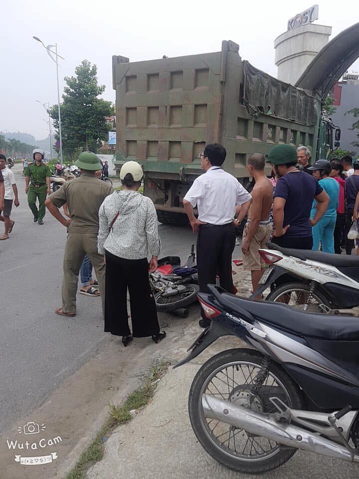 Hiện trường vụ tai nạn giữa chiếc ô tô tải và xe máy
