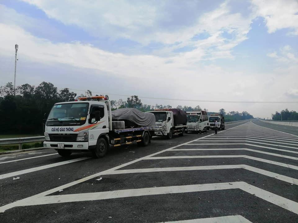 Đoàn xe chuyên dụng chở theo những chiến mã của Minh Nhựa từ Sài thành ra tận Đà Nẵng