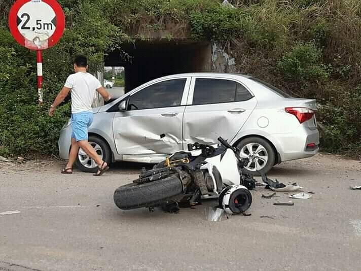 Chiếc Hyundai i10 bị đâm bẹp cửa, cửa trước bị thủng một lỗ