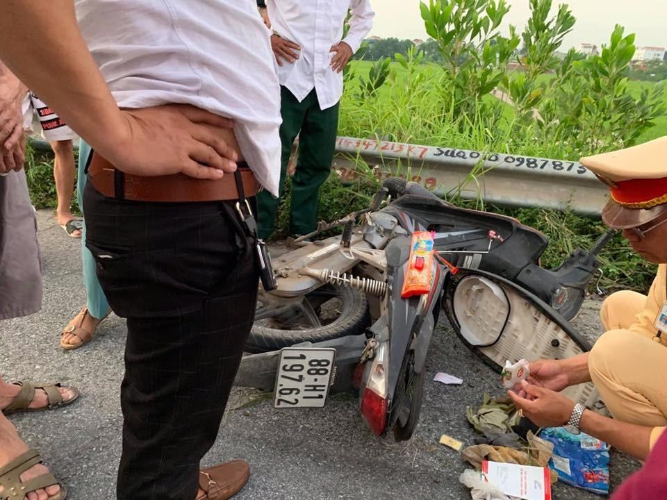 Chiếc xe máy nằm đổ tại hiện trường vụ tai nạn