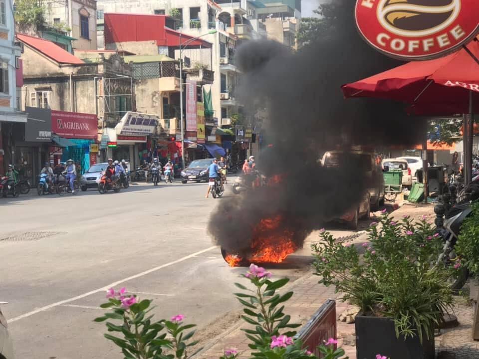 Chiếc xe máy bốc cháy dữ đội khi đang lưu thông