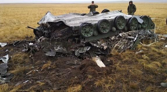 Hai chiếc xe bọc thép rơi xuống đất từ độ cao khoảng 1.500 m