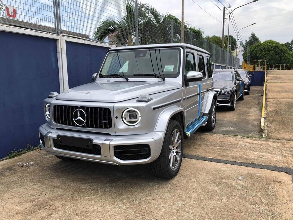 Còn đây là một chiếc SUV hạng sang Mercedes-AMG G63 2019 chính hãng mang màu sơn bạc