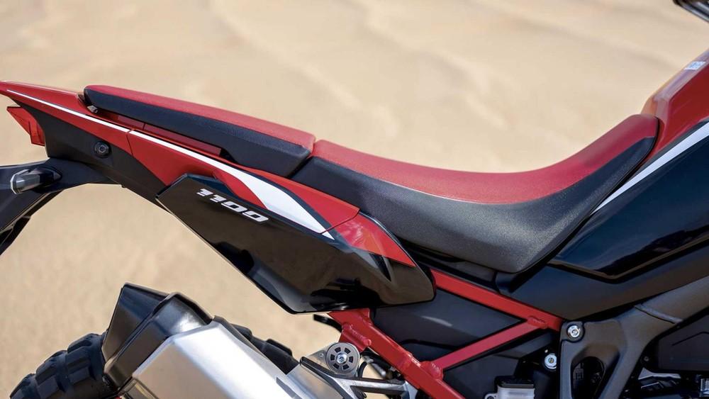 Với phong cách adventure touring, Honda CRF1100L Africa Twin 2020 sử dụng bộ yên Rally nhưng dược phân thành hai mảnh. Thiết kế yên này giúp người dùng xe có thể ngồi thẳng trên xe ở vị trí cao và điều khiển xe một cách dễ dàng nhất