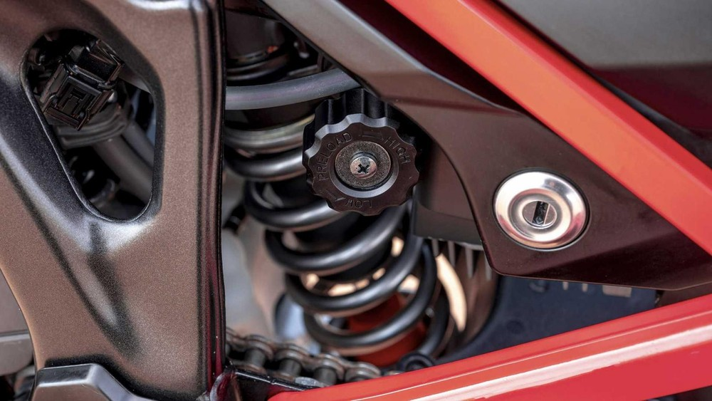 Trong khi đó hệ thống treo sau gồm càng nhôm cùng hệ thống treo Showa với lò xo trụ đơn có bình khí hỗ trợ giảm chấn, hành trình 220 mm. Giảm xóc sau cũng có núm chỉnh tải cứng mềm tương tự như hệ thống treo trước