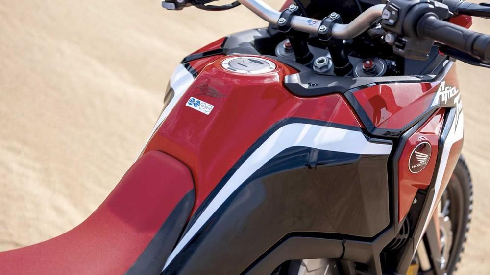 Bình xăng của Africa Twin 1100 2020 có thiết kế như bình xăng của các mẫu xe Enduro và Rally, giúp mở rộng dung tích lên đến 18,8 lít, đồng thời  tối ưu hóa tư thế ngồi kẹp bình xăng của người dùng