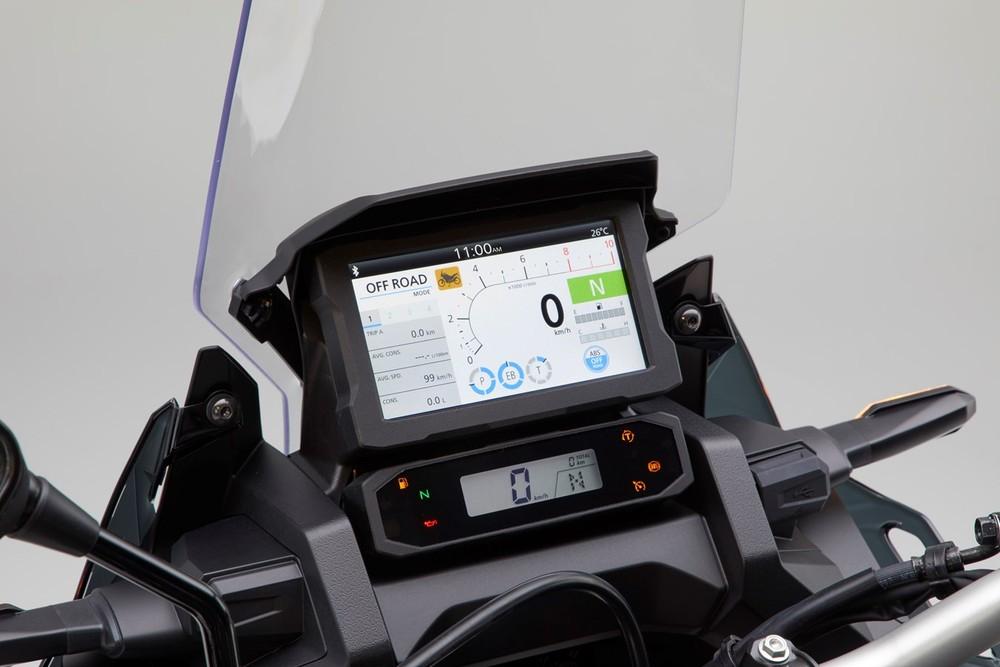 Bảng đồng hồ của Honda Africa Twin 1100 2020 bao gồm màn LCD nhỏ bên dưới hiển thị tốc độ, cấp số và thờ gian. Ngay phía trên là màn hình màu TFT hiển thị các thông tin liên quan đến công nghệ điện tử hỗ trợ của xe. Màn hình này còn tích hợp giao thức Bluetooth giúp kết nối với điện thoại thông minh