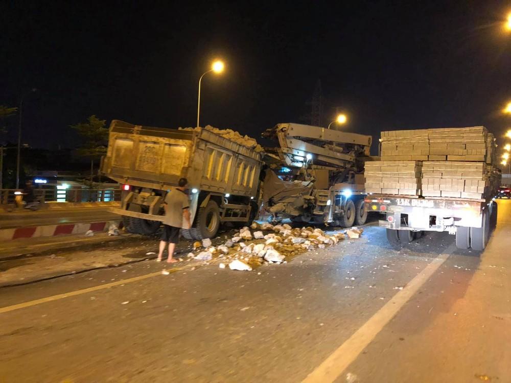 Chiếc ô tô tải chở đá tông trúng xe tải bơm bê tông chạy phía trước