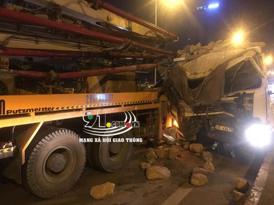 Chiếc ô tô tải chở đá biến dạng nặng phần đầu xe