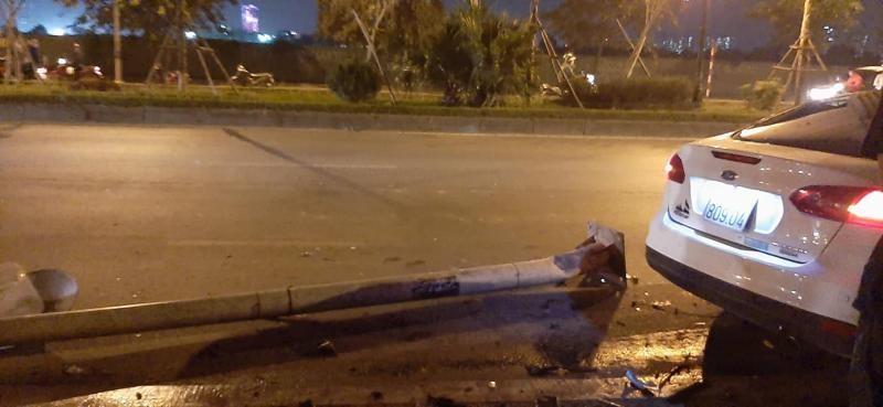 Cột đèn cao áp nằm trên mặt đường, sau chiếc Ford Focus