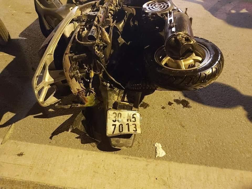 Chiếc xe máy đã bị ô tô kéo lê gần 100 m