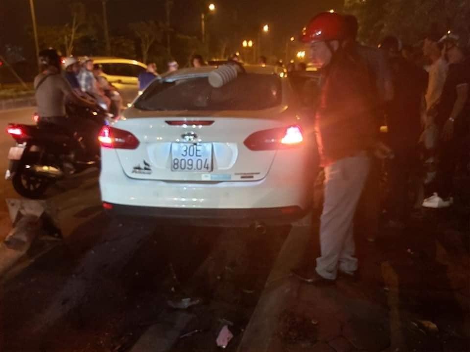 Kính sau của chiếc ô tô bị vỡ vì đèn rơi trúng