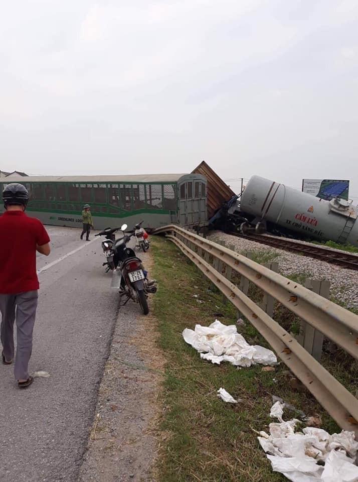Một toa tàu nằm chắn ngang quốc lộ 1A