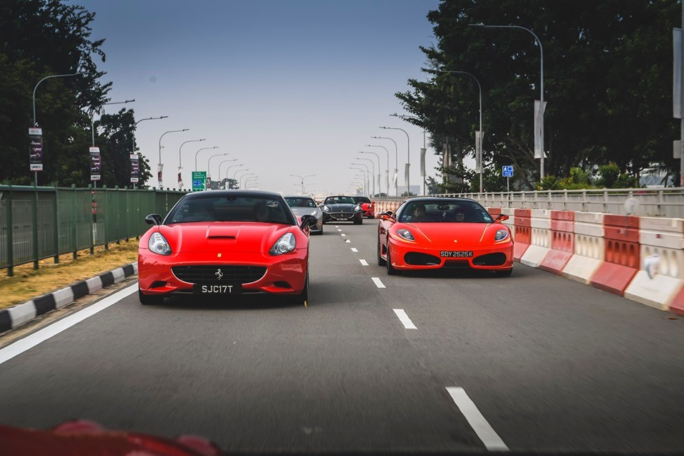 Đoàn xe di chuyển rồng rắn trên đường phố. Trong ảnh là Ferrari F430 và Ferrari California