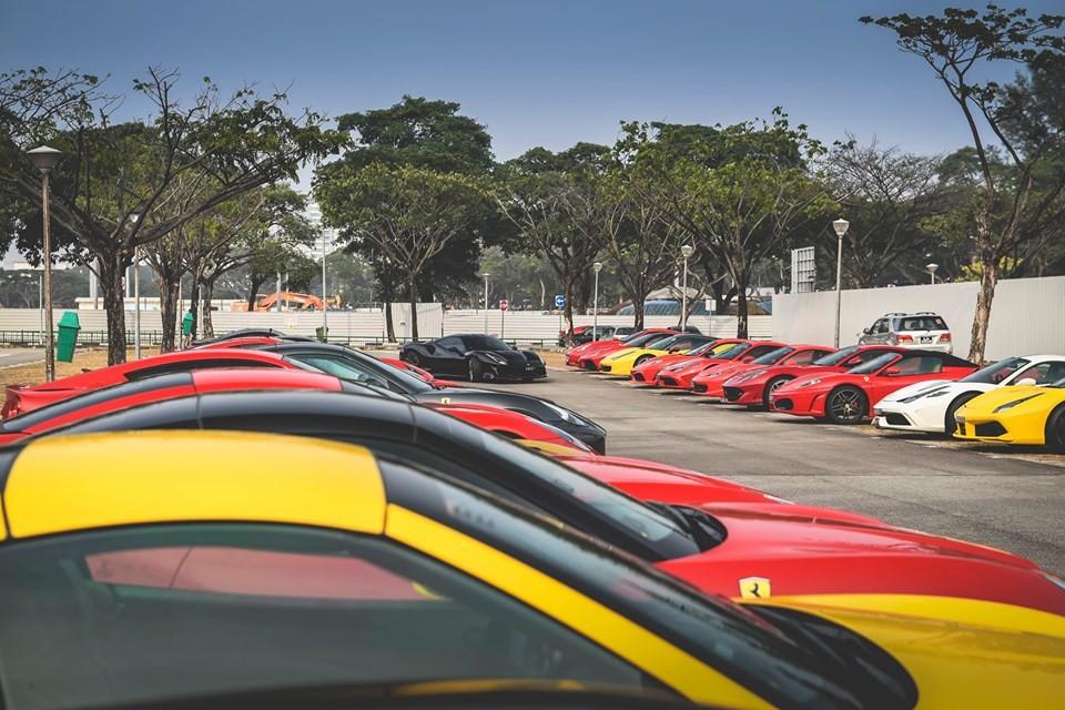 Hơn 35 chiếc siêu xe Ferrari của nhà giàu Singapore đã tụ tập lại và di chuyển đến một địa điểm VIP để xem đua xe F1