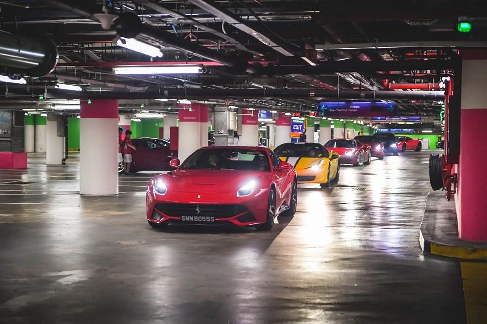 Những chiếc siêu xe Ferrari Singapore di chuyển vào hầm đỗ xe