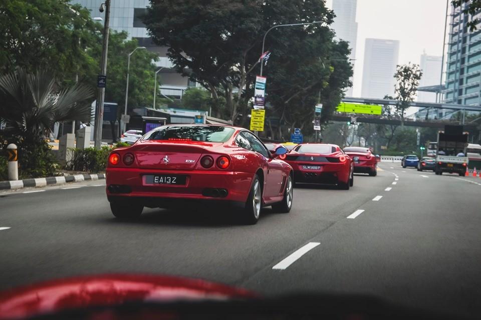 Ferrari 575M Maranello di chuyển trong dàn siêu xe Ferrari ở Singapore đi xem đua xe F1
