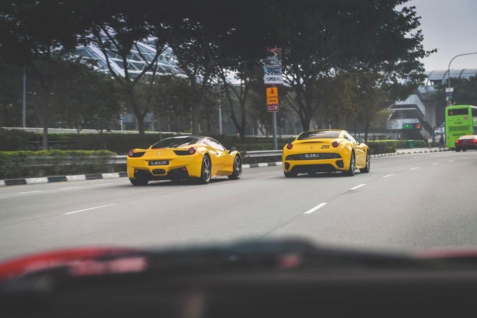 Ferrari California màu vàng đọ dáng cùng Ferrari 458 Italia cũng màu vàng