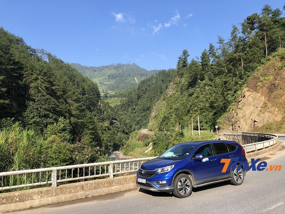 Để chinh phục đèo Khau Phạ, các lái cần chú ý lái xe cẩn thận, di chuyển đúng tốc độ và sử dụng kết hợp phanh cùng hộp số để lên dốc/đổ đèo.