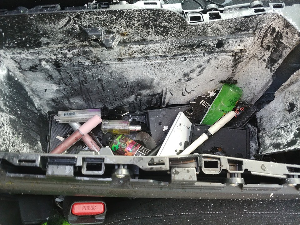 Lọ xịt dầu gội khô nổ bên trong hộc để đồ dưới bệ tì tay trung tâm
