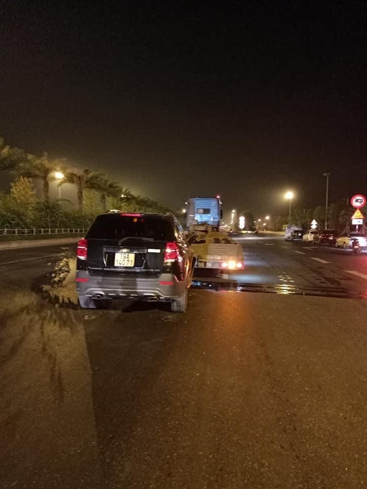 Hiện trường vụ tai nạn giữa chiếc Chevrolet Captiva và xe đầu kéo trên đường Võ Nguyên Giáp, Hà Nội