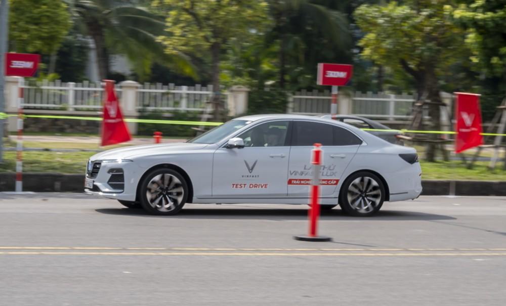 VinFast Lux A2.0 cho thấy mình là một mẫu sedan khá linh hoạt, cảm giác lái tốt.