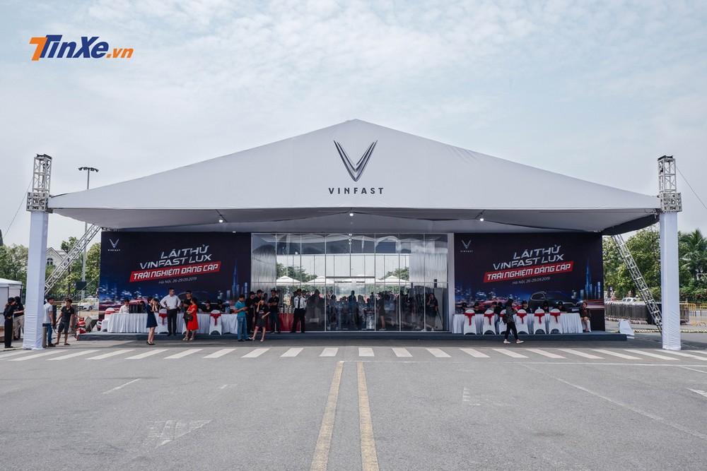 Trong khuôn viên của sự kiện, VinFast có chuẩn bị một nhà chờ lái thử cho khách hàng với tiệc ngọt cũng như điều hòa không khí
